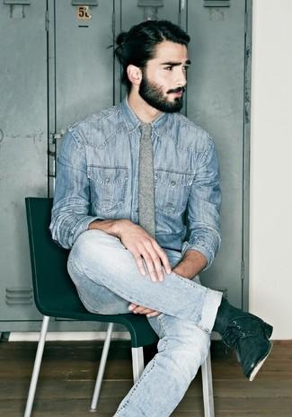 Comment porter: chemise en jean bleue, jean bleu clair, bottes de loisirs en daim noires, cravate en laine grise