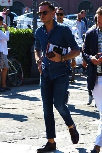 Comment porter une chemise en jean bleue: Essaie d'associer une chemise en jean bleue avec un jean bleu marine pour une tenue confortable aussi composée avec goût. Rehausse cet ensemble avec une paire de des double monks en cuir marron foncé.
