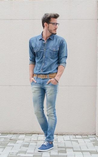 Ce combo d'une chemise en jean et d'un jean skinny bleu clair te permettra de garder un style propre et simple en dehors des horaires de bureau. D'une humeur créatrice? Assortis ta tenue avec une paire de des chaussures derby en daim bleues.