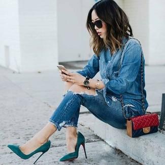 Comment porter: chemise en jean bleue, jean skinny déchiré bleu, escarpins en daim bleu canard, sac bandoulière en cuir matelassé rouge
