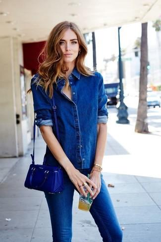 Comment porter: chemise en jean bleue, jean skinny bleu, sac bandoulière en cuir bleu