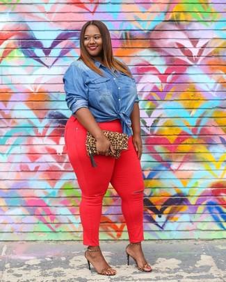 Comment porter: chemise en jean bleue, jean skinny rouge, sandales à talons en cuir imprimées léopard marron clair, pochette en daim imprimée léopard marron clair