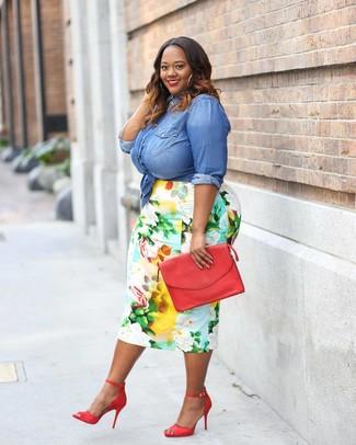 Comment porter: chemise en jean bleue, jupe crayon à fleurs multicolore, sandales à talons en cuir rouges, pochette en cuir rouge