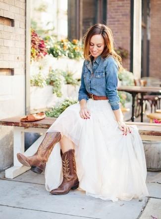 Comment porter: chemise en jean bleue, jupe longue de tulle blanche, bottes western en cuir marron, ceinture en cuir marron