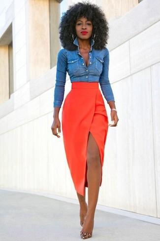 Tenue  Chemise en jean bleue, Jupe mi-longue fendue rouge, Escarpins en  cuir imprimés léopard marron clair   Mode femmes b36e5ab90989
