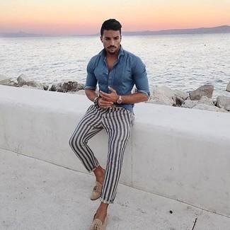 Comment porter: chemise en jean bleue, pantalon chino à rayures verticales blanc et bleu marine, mocassins à pampilles en daim beiges, montre argentée