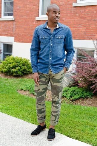 Comment porter: chemise en jean bleue, pantalon chino camouflage olive, chaussures richelieu en toile noires