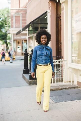 Comment porter: chemise en jean bleue, pantalon de costume jaune, sandales compensées en cuir tabac, ceinture en daim imprimée léopard marron clair