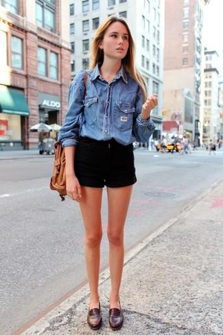 Comment porter: chemise en jean bleue, short en denim noir, slippers en cuir marron foncé, sac bourse en cuir marron clair