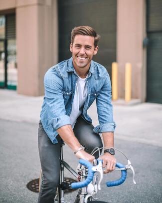 Comment porter: chemise en jean bleue, t-shirt à col rond blanc, jean skinny gris foncé, montre en cuir noire