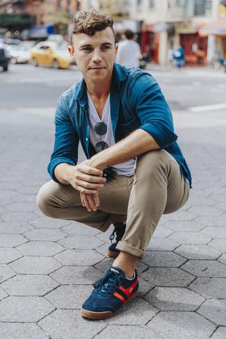 Comment porter: chemise en jean bleue, t-shirt à col rond blanc, pantalon chino marron clair, baskets basses bleu marine