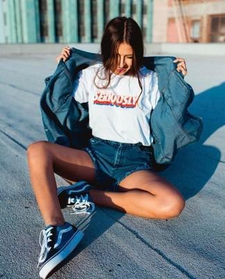 Comment porter: chemise en jean bleue, t-shirt à col rond imprimé blanc, short en denim bleu, baskets basses en toile bleu marine