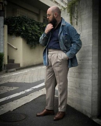 Tenue: Chemise en jean bleue, Chemise à manches longues bleu marine, Pantalon chino beige, Chaussures derby en cuir marron