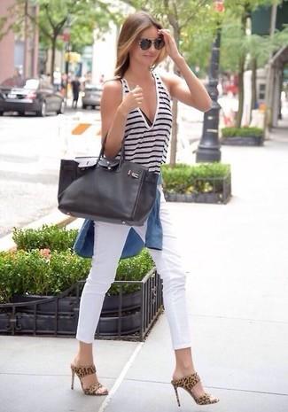 Tenue de Miranda Kerr: Chemise en jean bleue, Débardeur à rayures horizontales blanc et bleu marine, Jean skinny blanc, Mules en daim imprimées léopard marron clair