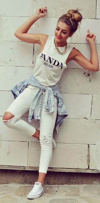 Comment porter un débardeur blanc: Marie un débardeur blanc avec un jean skinny déchiré blanc pour un look confortable et décontracté. Une paire de des baskets basses en toile blanches est une option avisé pour complèter cette tenue.