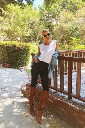 Comment porter un débardeur blanc: Opte pour un débardeur blanc avec un jean skinny noir pour un look idéal le week-end. Rehausse cet ensemble avec une paire de des bottes hauteur genou en cuir marron.