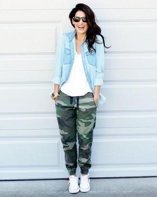 Marie une chemise en jean bleue claire avec un pantalon de jogging olive pour créer un look génial et idéal le week-end. Complète ce look avec une paire de des baskets basses blanches.