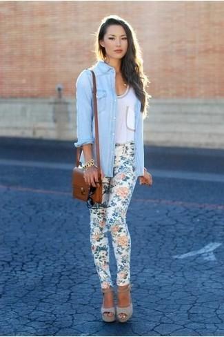 Comment porter: chemise en jean bleu clair, débardeur blanc, pantalon slim à fleurs blanc, sandales à talons en daim grises