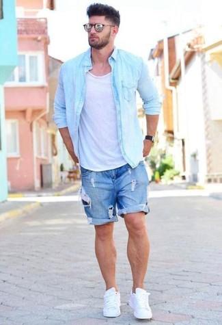 Comment porter: chemise en jean bleu clair, débardeur blanc, short en denim déchiré bleu, baskets basses en cuir blanches