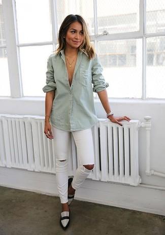 Comment porter: chemise en jean grise, jean skinny déchiré blanc, slippers en cuir noirs et blancs, montre argentée