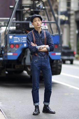 Comment porter: chemise en jean bleu marine, jean bleu marine, bottes brogue en cuir noires, casquette plate noire