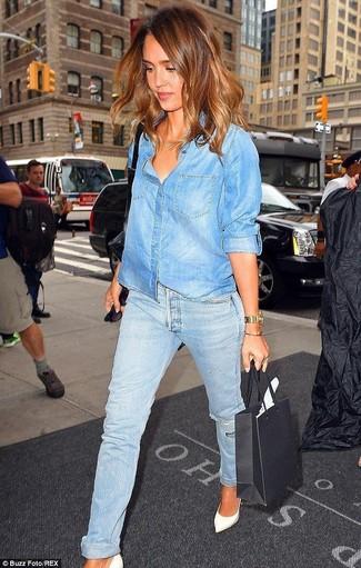 da70f802804 Tenue de Jessica Alba  Chemise en jean bleue