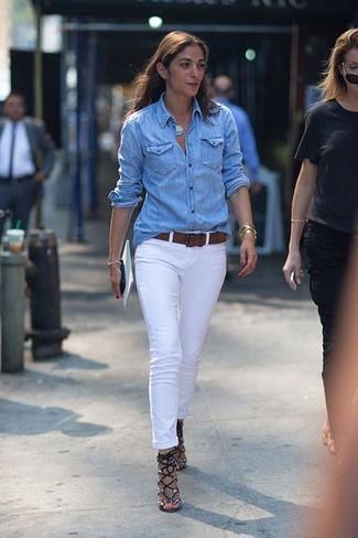 Comment porter: chemise en jean bleu clair, jean blanc, sandales à talons en cuir imprimées serpent grises, ceinture en cuir marron foncé