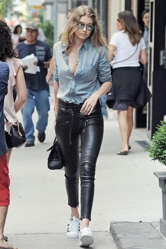 Comment porter: chemise en jean bleu clair, jean skinny en cuir noir, baskets basses en cuir blanches, cartable en cuir noir