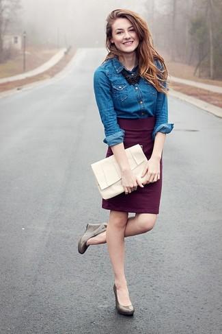 Comment porter: chemise en jean bleue, jupe crayon pourpre foncé, escarpins compensés en cuir gris, pochette en cuir blanche