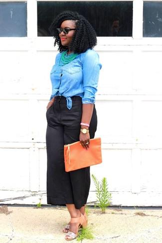 Comment porter: chemise en jean bleue, jupe-culotte noire, sandales à talons en cuir marron clair, pochette en cuir orange