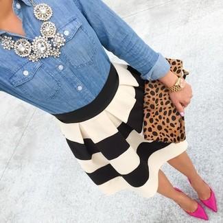 Essaie d'associer une chemise en jean bleue avec une jupe patineuse à rayures horizontales noire et blanche pour achever un style chic et glamour. D'une humeur créatrice? Assortis ta tenue avec une paire de des escarpins en daim fuchsia.
