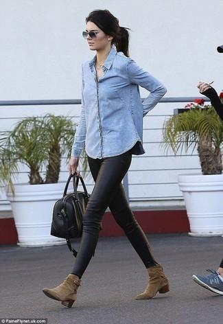 Harmonise une chemise en jean bleue claire avec des leggings en cuir noirs pour un look confortable et décontracté. Une paire de des bottines en daim olive apportera une esthétique classique à l'ensemble.