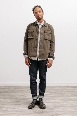 Comment s'habiller après 40 ans: Essaie d'harmoniser une chemise à manches longues en vichy grise avec un jean gris foncé pour obtenir un look relax mais stylé. Choisis une paire de bottes de loisirs en cuir marron foncé pour afficher ton expertise vestimentaire.