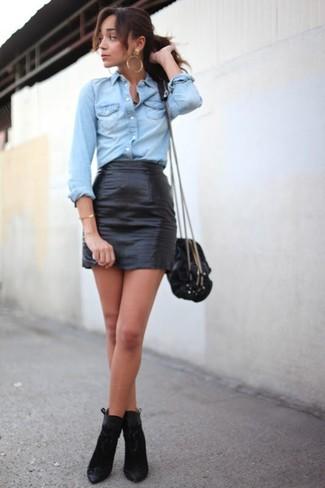 Pense à opter pour une chemise en jean bleue claire et une minijupe en cuir noire pour obtenir un look relax mais stylé. Jouez la carte classique pour les chaussures et complète cet ensemble avec une paire de des bottines en daim noires.