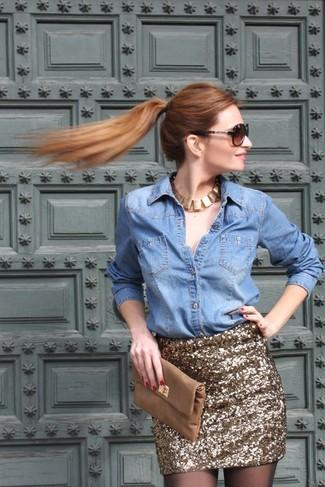 Choisis une chemise en jean bleue claire et une minijupe pailletée dorée pour achever un style chic et glamour.