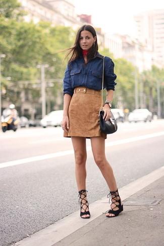 Comment porter: chemise en jean bleu marine, minijupe en daim marron clair, sandales spartiates en daim noires, sac bandoulière en cuir noir