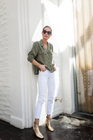 Comment porter: chemise en jean olive, jean blanc, bottines en cuir dorées