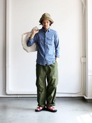 Comment porter: chemise en jean bleue, pantalon cargo olive, sandales en cuir rouges, sac fourre-tout en toile beige
