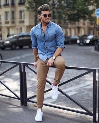 Comment porter: chemise en jean bleue, pantalon chino marron clair, baskets basses en cuir blanches, lunettes de soleil noires
