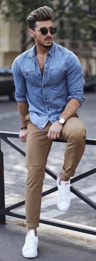 Comment porter: chemise en jean bleue, pantalon chino marron clair, baskets basses blanches, lunettes de soleil noires