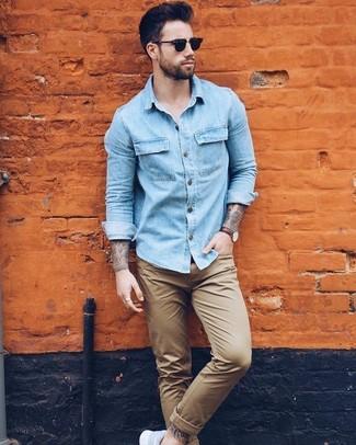 Associer une chemise en jean bleue claire Saint Laurent avec un pantalon chino brun clair est une option confortable pour faire des courses en ville. Tu veux y aller doucement avec les chaussures? Complète cet ensemble avec une paire de des chaussures de sport bleues claires pour la journée.