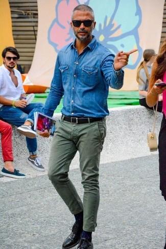 Comment porter: chemise en jean bleue, pantalon chino olive, chaussures derby en cuir noires, ceinture en cuir noire