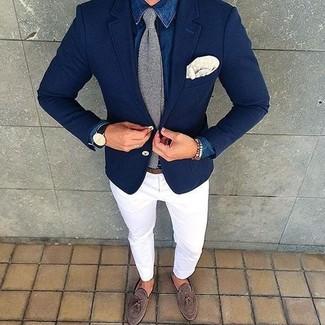 Comment porter: chemise en jean bleue, pantalon chino blanc, mocassins à pampilles en daim marron, cravate en tricot grise