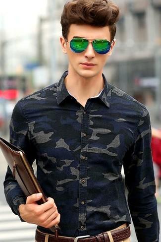 Comment porter une pochette en cuir marron foncé: Associe une chemise en jean camouflage bleu marine avec une pochette en cuir marron foncé pour une tenue relax mais stylée.