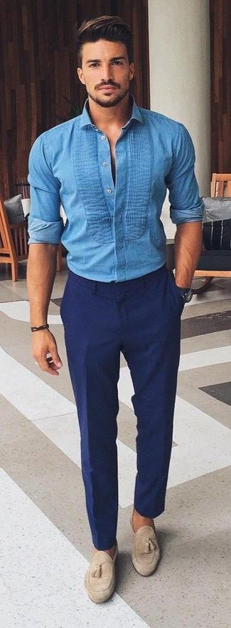 Comment porter: chemise en jean bleue, pantalon de costume bleu marine, mocassins à pampilles en daim beiges, montre bleu marine