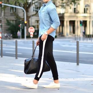 Comment porter une chemise en jean bleu clair: Essaie d'associer une chemise en jean bleu clair avec un pantalon de jogging noir et blanc pour une tenue relax mais stylée. Une paire de des baskets basses blanches est une option judicieux pour complèter cette tenue.