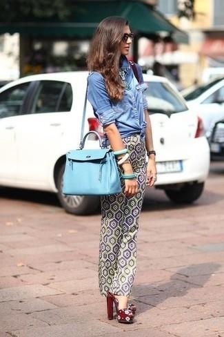 Tenue: Chemise en jean bleue, Pantalon slim géométrique gris, Sandales à talons en cuir bordeaux, Sac fourre-tout en cuir bleu clair