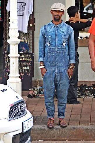 Comment porter: chemise en jean bleue, salopette en denim bleue, chaussures richelieu en cuir marron, casquette plate grise