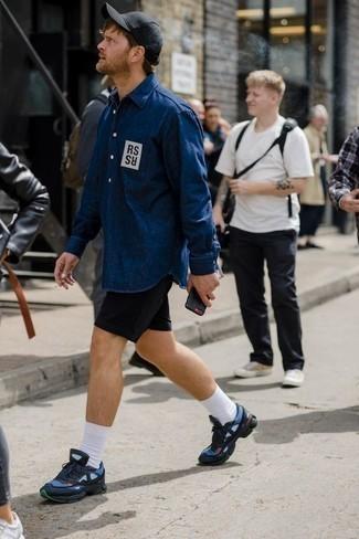 Comment porter des chaussettes blanches: Opte pour une chemise en jean imprimée bleu marine avec des chaussettes blanches pour un look confortable et décontracté. Une paire de des chaussures de sport bleu marine apportera une esthétique classique à l'ensemble.