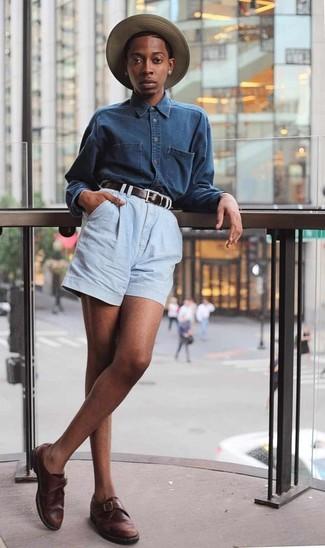 Comment porter: chemise en jean bleu marine, short en denim bleu clair, monks en cuir marron foncé, chapeau de paille marron clair